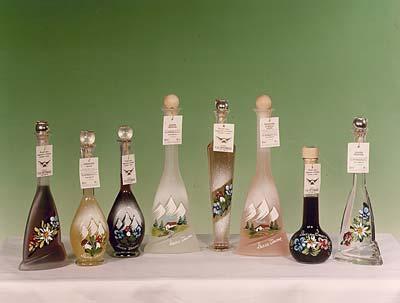 Distilleria Vettorazzi - Le bottiglie ai vari gusti dipinte a mano